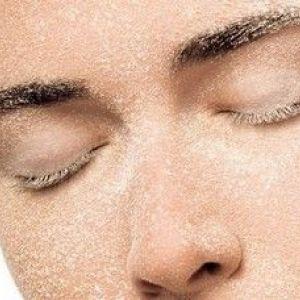 Доглядаємо за шкірою, використовуючи скраб гоммаж для особи